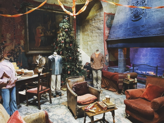 The Gryffindor common room is covered in Christmas decorations! How it looked like in Christmas inside the movies, we saw the jumpers they wore as well!